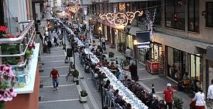 Mahalle iftarlarının ikincisi, Belediye Caddesi'nde yapıldı